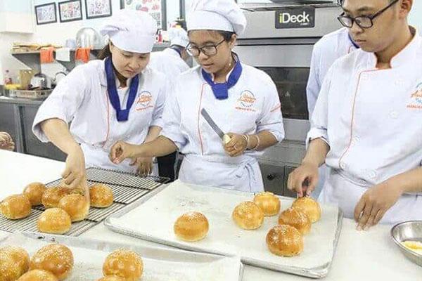 Khóa học làm bánh mì tại trường quản lý khách sạn Việt Úc