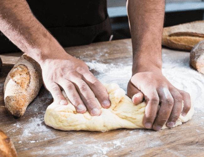 nhào bột làm bánh mì