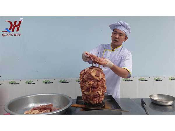 Xiên thịt lên cây xiên Doner kebab để ướp thịt