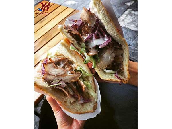 Trên tay những chiếc bánh mì Doner kebab thơm ngon đã hoàn chỉnh