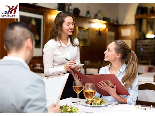 Nhân viên phục vụ tận tình là điểm cộng cho quán