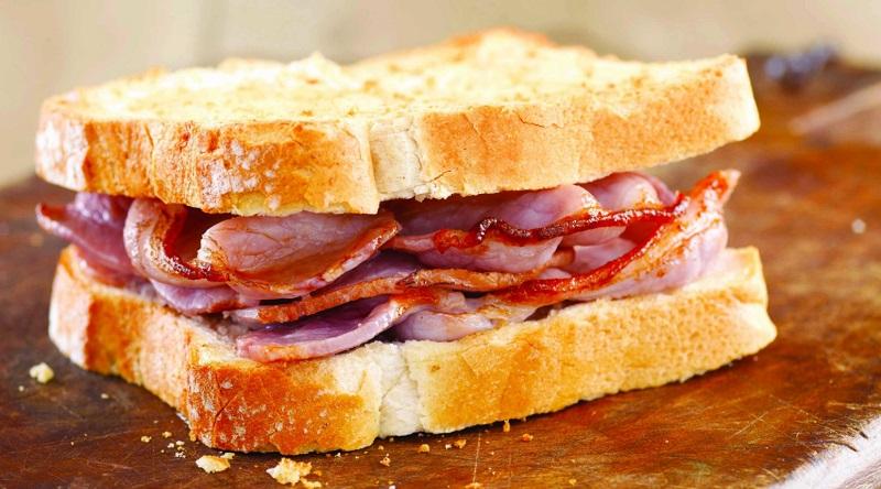Món ăn được kết hợp từ bánh mì và thịt xông khói