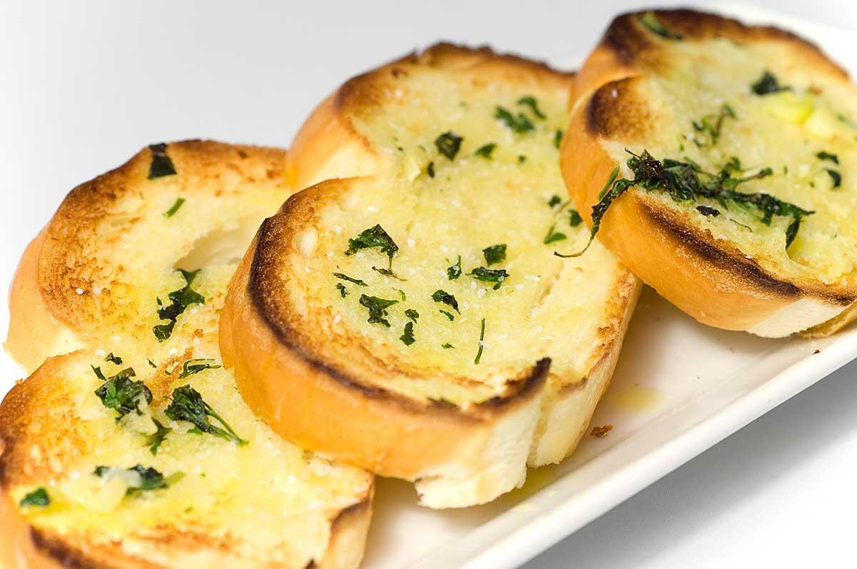 Bánh mì bơ tỏi thơm ngon và rất hợp khẩu vị của tất cả mọi người