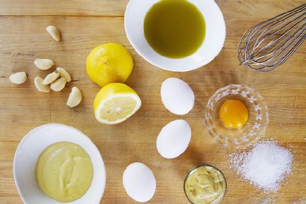 Chuẩn bị nguyên liệu làm nước sốt mayonnaise