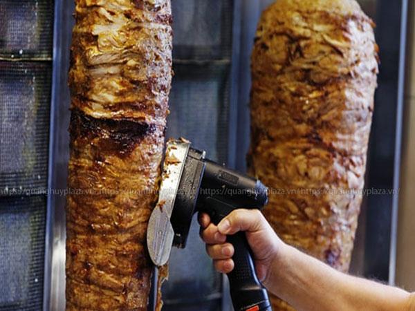 Cắt thịt với máy cắt thịt cầm tay