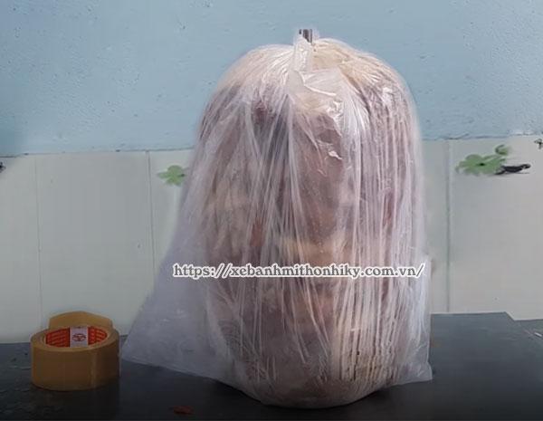 Bọc cây thịt thật chặt bằng túi ni lông thực phẩm