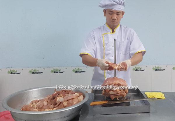 Xiên thịt Kebab vào que xiên