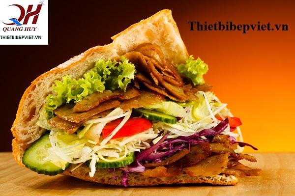 Những chiếc bánh mì tam giác luôn nóng hổi, giòn rụm