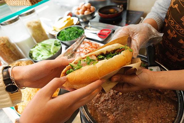 Bánh mì doner kebab rất được ưa thích tại Sài Gòn