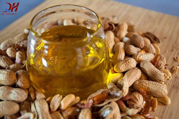 Dầu lạc có thành phần chiết xuất từ lạc, được sử dụng trong nhiều món ăn hàng ngày