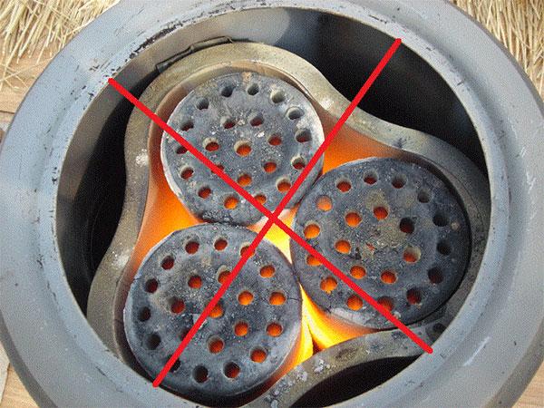 Dùng than làm nóng bánh mì bằng chảo