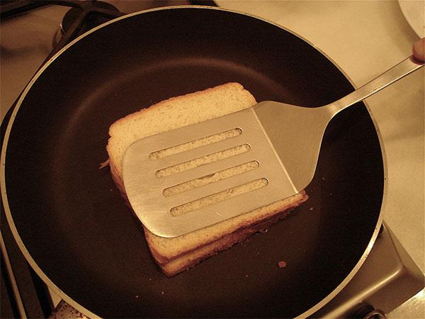 Làm nóng bánh mì bằng chảo