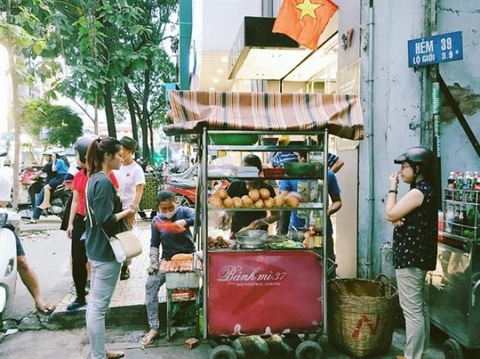 Bánh mì Sài Gòn là một đặc sản của ẩm thực đường phố Việt Nam từ lâu đời