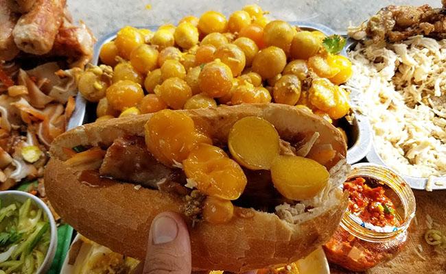 Bánh mì gà xé trứng non - nét ẩm thực độc đáo của xứ Sài Gòn