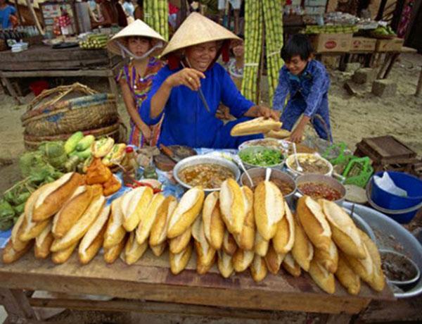 Quán bán bánh mì vỉa hè đông khách