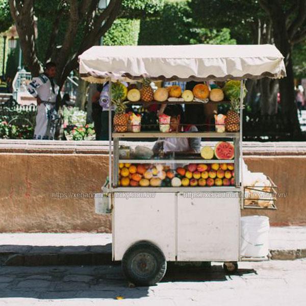 Hình ảnh xe bán trái cây trên đường phố
