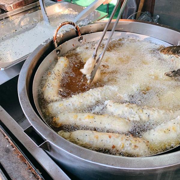 Bếp chiên bánh chuối trên xe đẩy