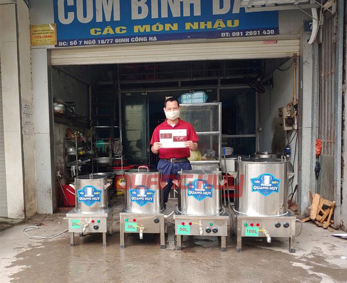 Quang Huy giao nồi phở cho khách tại Định Công Hạ, Hà Nội