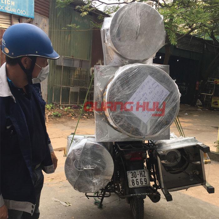 Quang Huy giao nồi phở cho khách tại Bắc Giang
