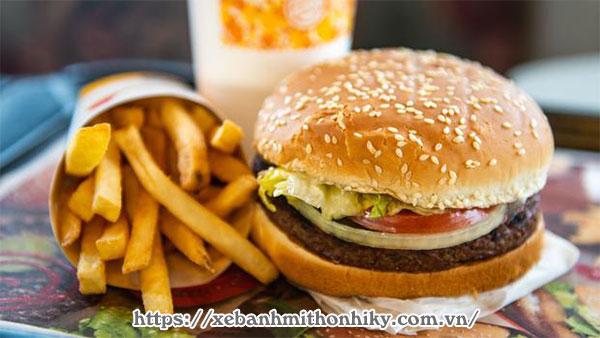 Bánh mì hamburger kèm khoai tây chiên