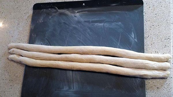 Lăn nhẹ bột thành những mảnh tròn dài