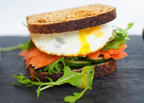 Cách làm bánh mì sandwich kẹp trứng cá hồi