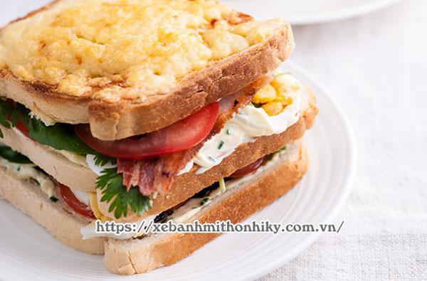 Hoàn thiện món bánh mì Sandwich kẹp trứng