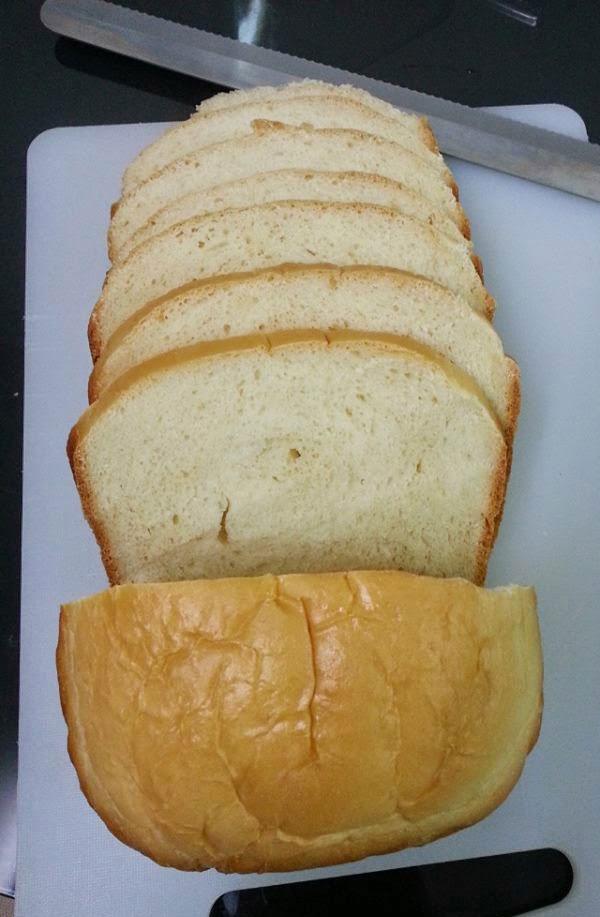 Cắt bánh mì gối thành từng lát mỏng