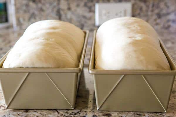 Nặn bột mì cho vừa khuôn bánh gối