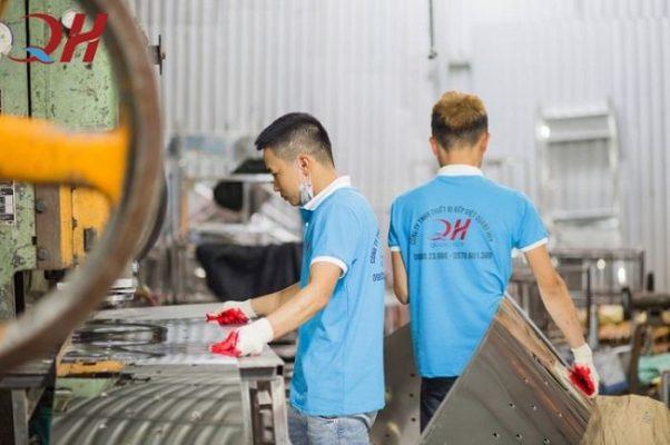 Thực hiện các quy trình gia công inox tại xưởng