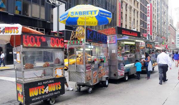 Đồ ăn vặt đường phố thu hút thực khách đi đường